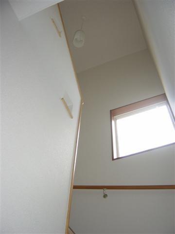 階段には明るい光が差込みます。