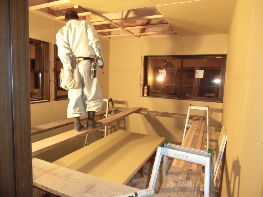 続いて天井ボード貼り作業。