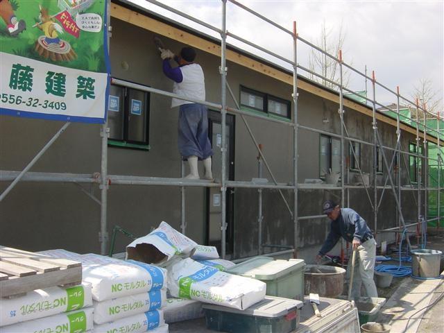左官さんが外壁モルタルの上塗り(仕上げ)作業ちゅうです。
