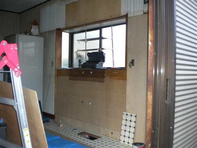 古いキッチン取外し完了。新しいキッチンに合わせて給水・排水も移動しました。