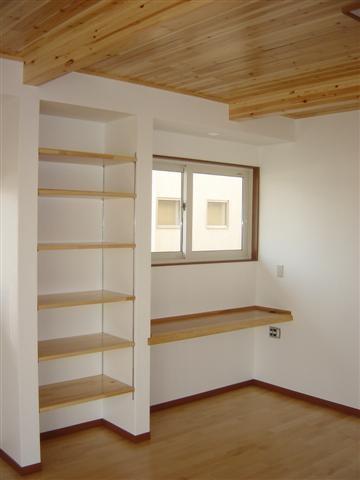 旦那様の仕事スペース、左の棚は高さ自由自在です。