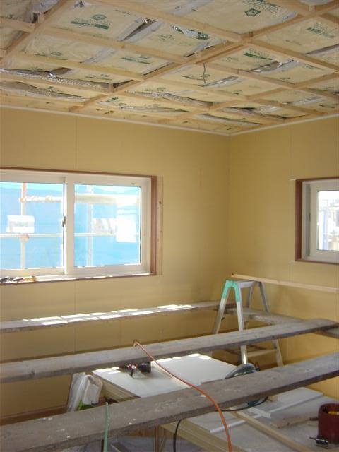 天井下地組み完了です。そして、その上に断熱材も載せました。屋根裏からの冷気や熱気を遮断します。次は天井ボード貼りです!