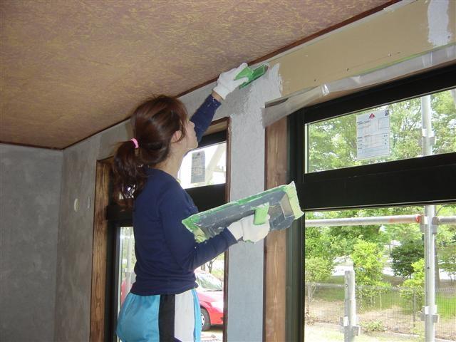 ボードには直接漆喰は塗れないので、下地のカーボンコートを塗っています、奥様がんばれ。