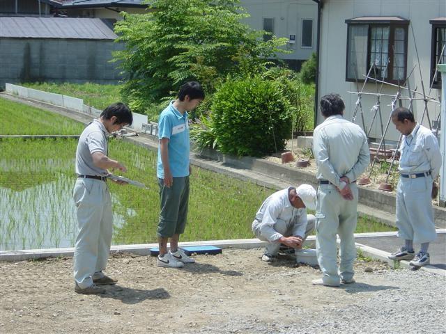 さて、本日は水道と下水道の検査です。水道が正常につないであるか、下水道がしっかりと流れるのか、町の水道課職員立会いの下、最終検査です。