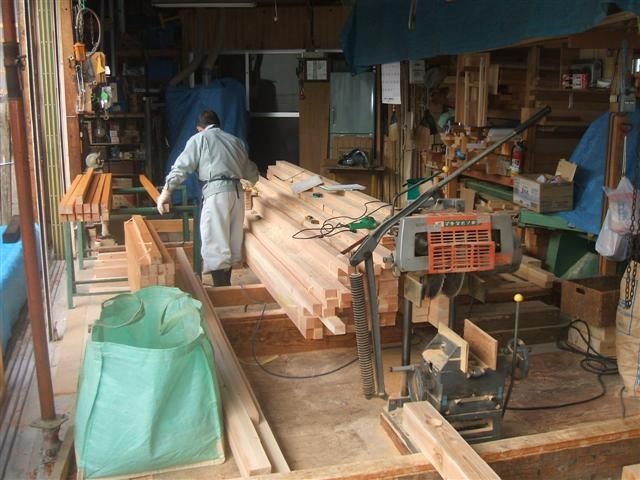 作業場での加工作業も、もう少し、屋根瓦重みを受ける部材のタルキを加工します。