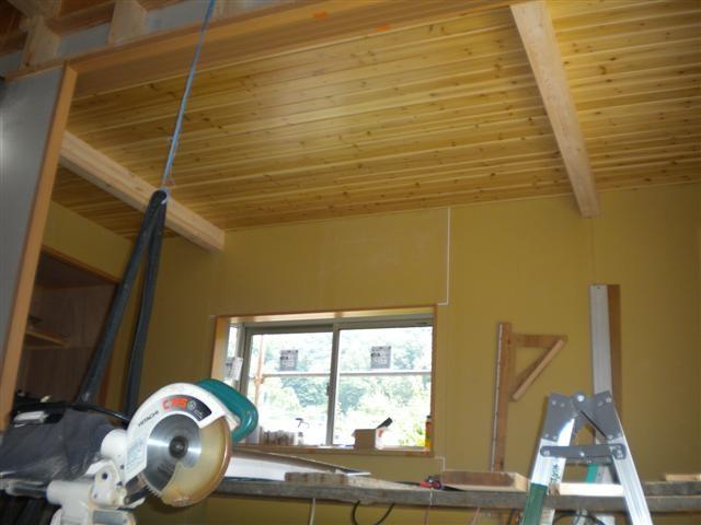 寝室、杉の天井板貼り終えました!こちらもオンリーワンの天井です!