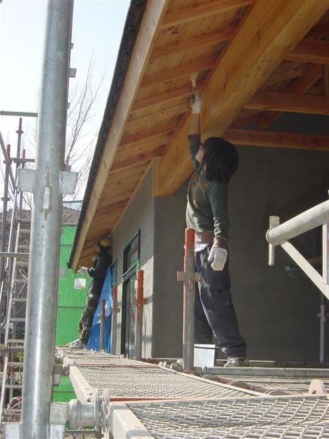 手作りの家を目指して・・・お客様が軒天の木材に保護塗料を自分達で塗っています。お子様もお手伝い!