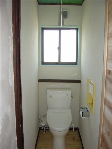 トイレです、窓枠はスカイブルー、物入れはイエロー、お客様が自分で塗装しました。。