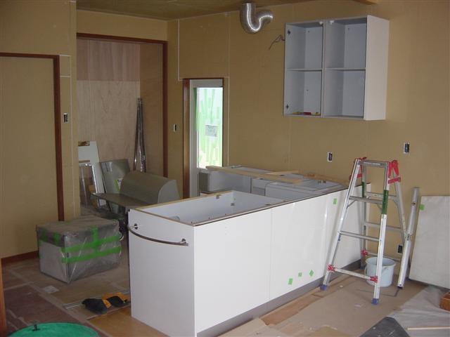 システムキッチンの設置工事を始めました!L型のカウンターキッチンです。天板が載ると「カワイイ」感じのキッチンです。乞うご期待です!