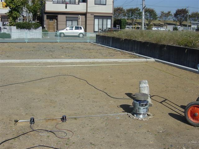 敷地内に住宅が建つ場所が決定したら、地盤調査を行います。調査方法は「物理探査 表面波探査法」です。