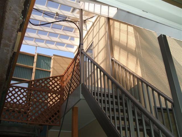 新設事務所と旧事務所の連結部分です。階段を設けて行き来出来る様にしました。
