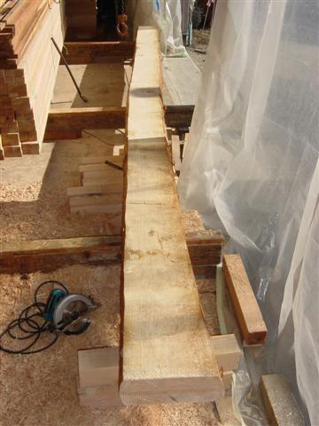 約6メートル近くある曲がった材木を自分達でキレイに磨いて梁として使います。