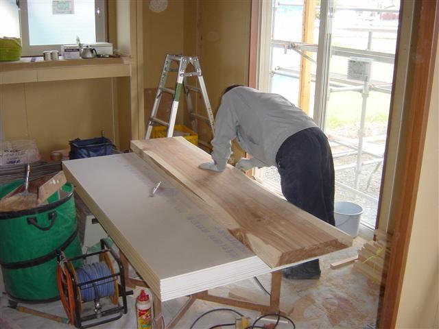 またまた杉の平板を加工中です。横瀬様邸では3箇所、自然な風合いを活かした棚を取り付けます。完成写真を楽しみにしていてくださいね。