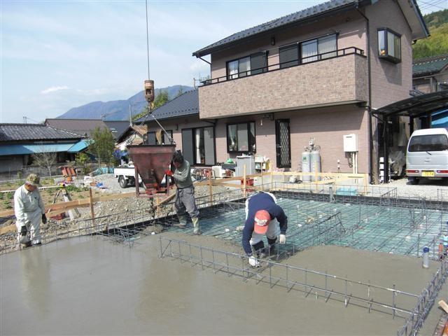 土間コンクリート打ち作業中。