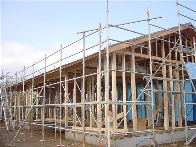 垂木をのせ終えて、野地板と呼ばれる瓦をのせる、板を打ち付け、破風板、鼻隠し板を取り付け完了です。