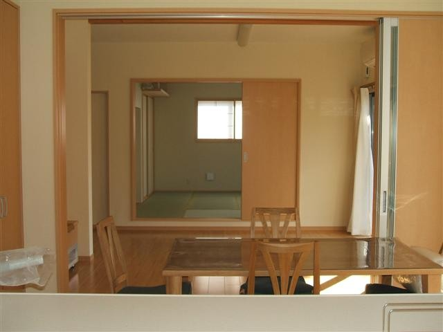 キッチンからリビング、そして和室まで見ることが出来ます。