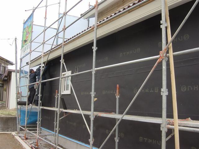 外壁の雨漏りを防ぐアスファルトフェルト貼り作業中です!