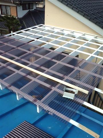 屋根材はポリカーボネート、対天候性に優れた材料です。