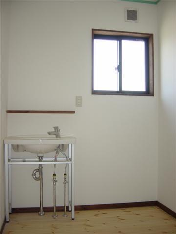 洗面脱衣室、洗面台はシンプルに。。正面に鏡がつきます。