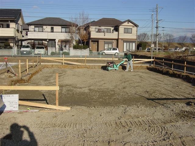 地盤調査の結果、60~70㎝下の地盤に強さのバラつきがあると言う事。。70㎝掘って、土を砕石に置き換えます。30㎝ごとに点圧して行く作業中。。。