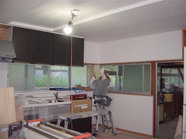 壁・天井のクロス張り作業中です。