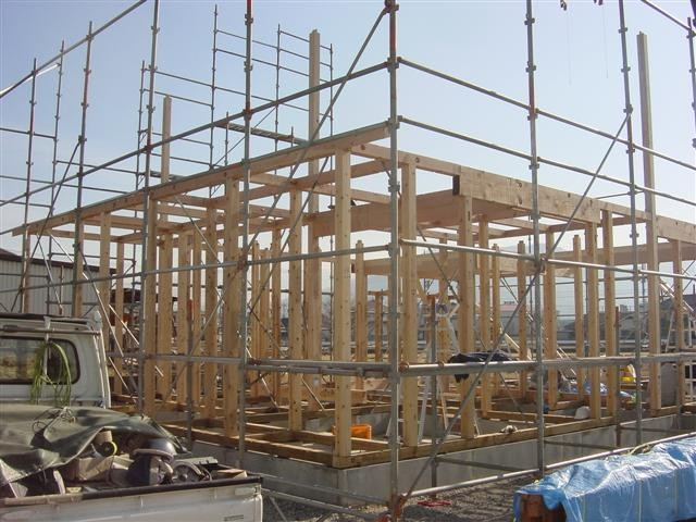 建て方作業中です!長く突き出た柱が「通し柱」です。もう少しで1階が組みあがります。ただ今休憩中。。。
