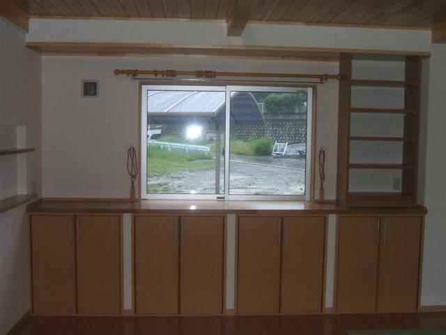 ダイニング東側窓の下は収納スペース。