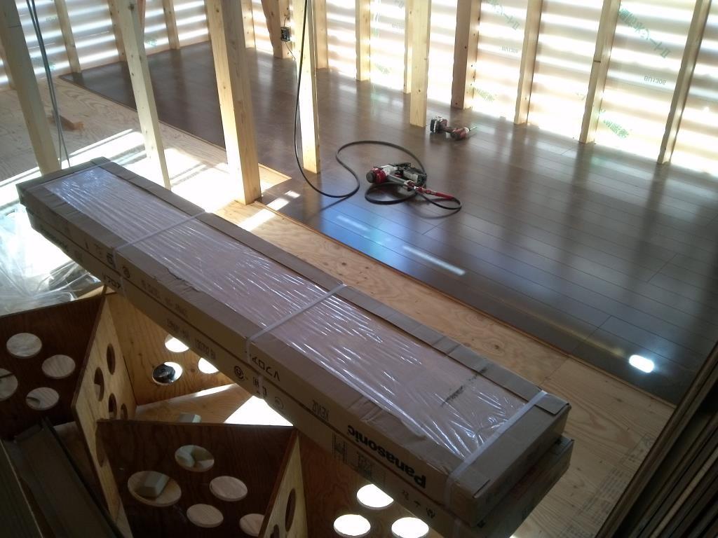 2階床貼り作業。。