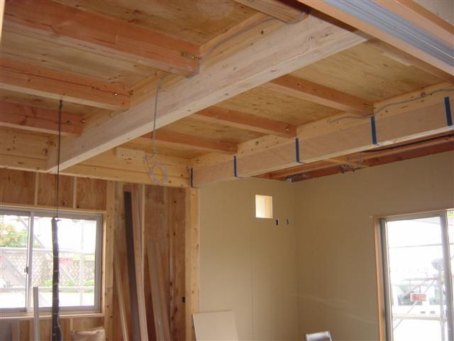 杉板の天井を張る前です、大きな梁が姿を見せています。