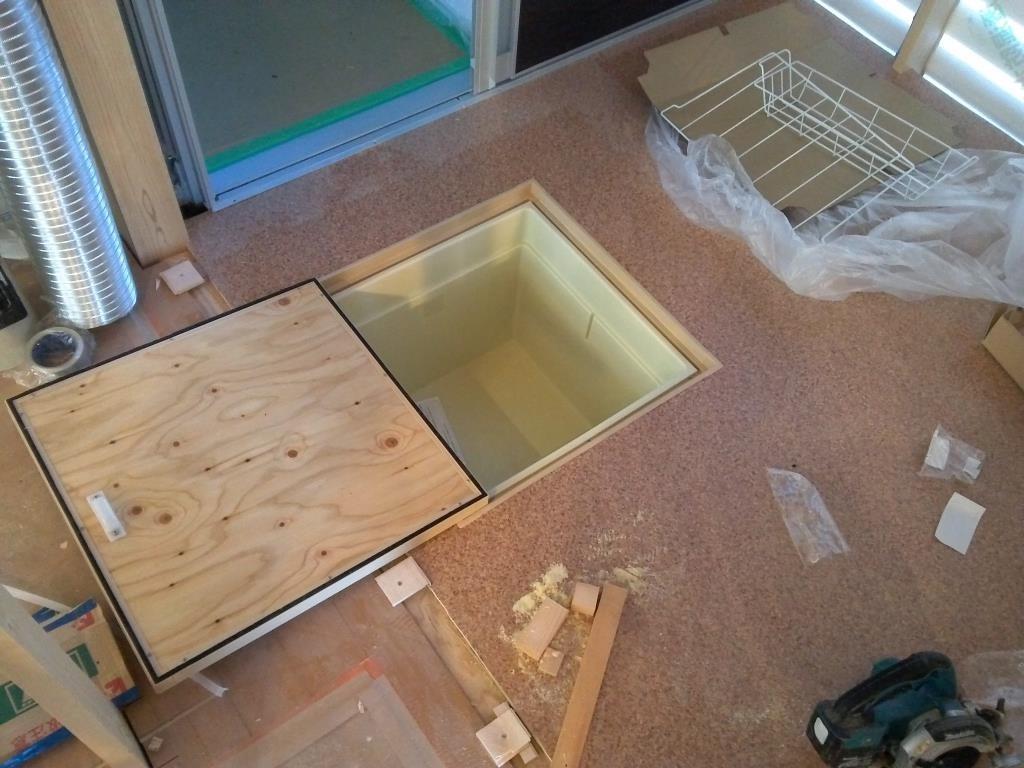 脱衣場には床下収納庫、必需品です。。