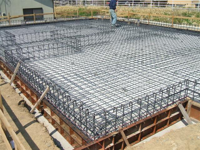 基礎の鉄筋、通常より太く、間隔も狭く。地震時の地盤沈下に備えます。