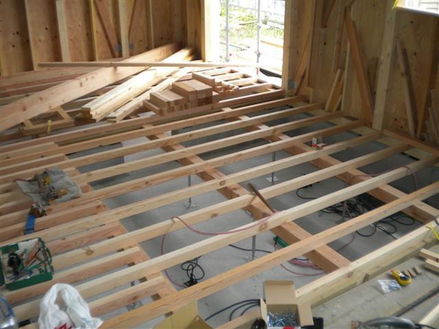 屋根下では床を支える根太組作業中。。