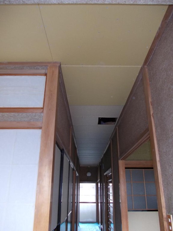廊下天井ボード貼り作業中です。