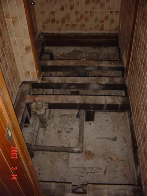 トイレ タイル床 解体後