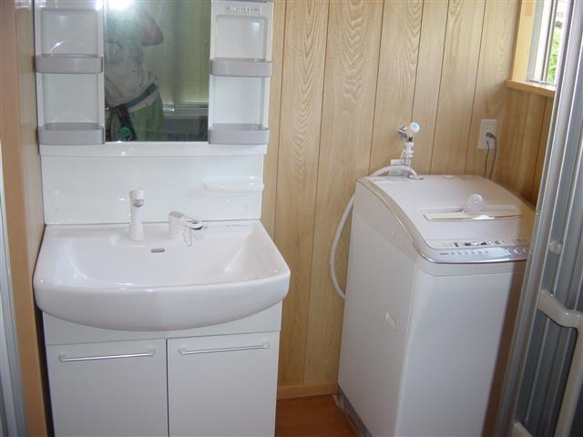 脱衣場には洗面化粧台と洗濯機を。
