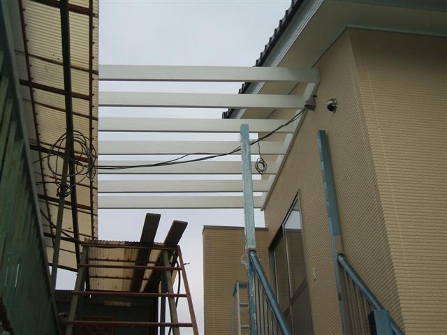 まずは屋根材の受け木の取り付け。