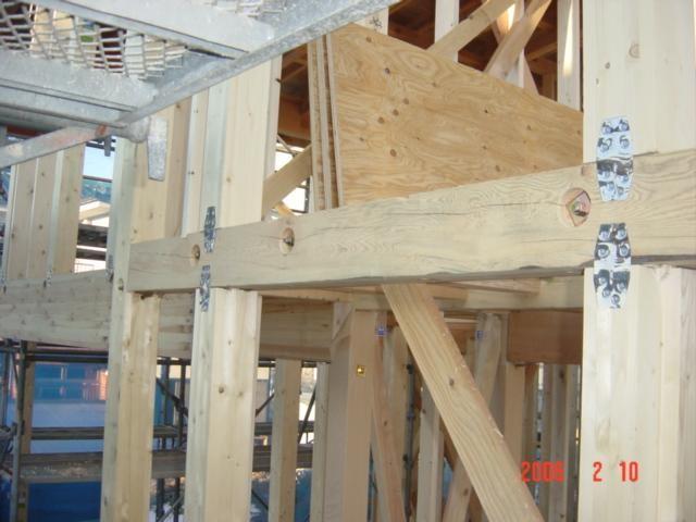 地震対策、梁と柱がはずれない様にしっかり金物で固定します!