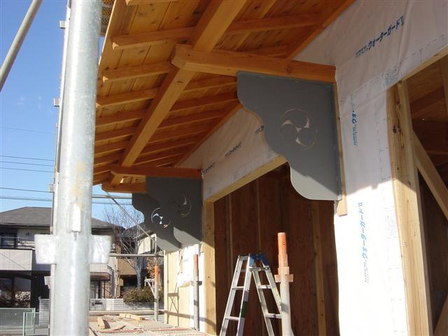 以前撮影した、あの部材です。屋根を支える部材でした!中央部には家紋を切抜いてみましたよ。