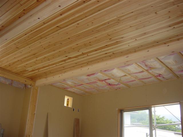 もう少しで杉板の天井が張りあがります。