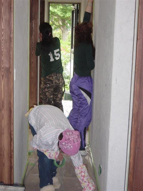 お客様の家族みんなで室内の漆喰塗り作業です。目指せ 手作りの家