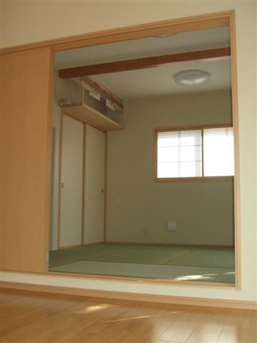リビングから見た和室です、15cm和室側を高くしたのはお客様の要望です、洋間と和室の区切りがつきますよね。