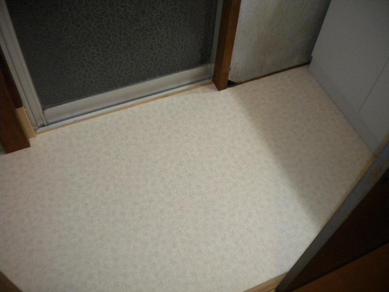 洗面脱衣室床も張替えました。クッションフロアーです。少しの床濡れも平気です。
