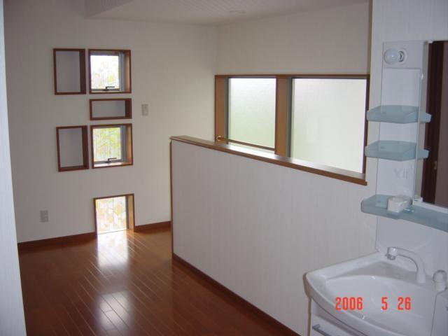 階段を上がると広い2階ホールがあります、2階にも洗面化粧台を置きました。
