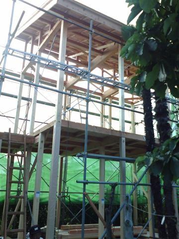 2階まで組み終わり、屋根の形も見えてきました。