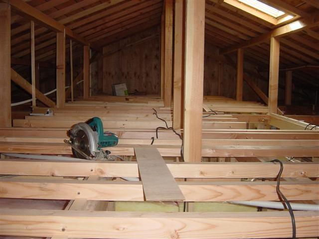 屋根裏に根太を入れ終わりました。
