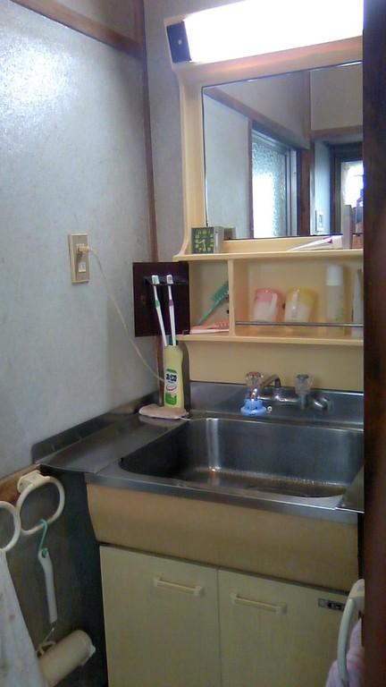 洗面化粧台も古くなっているので取替えます。