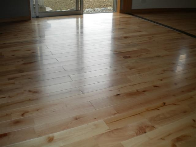 床材はムク材、材質は桜です。