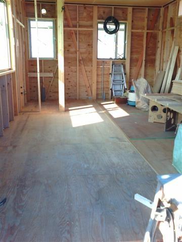 2階の床板貼り作業中。