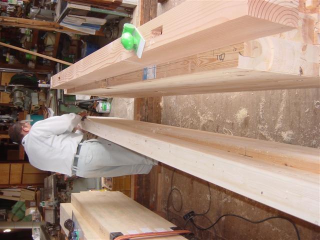 玄関屋根の化粧柱と桁を加工中です!ピカピカに仕上げます。