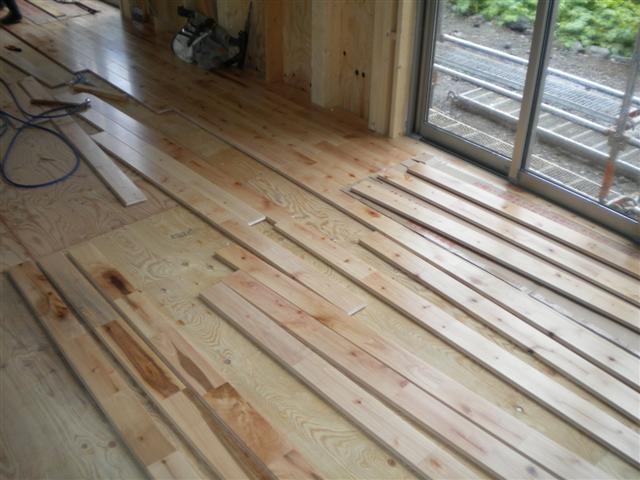 .無垢の床板に同じ模様はありません!オンリーワンの床が出来上がりますよ。